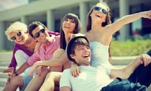 Prejudecata exclusivului - gasca de prieteni razand