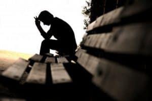 Prejudecata negativitatii - barbat singur si trist pe banca